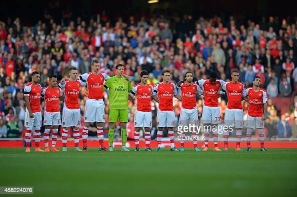 Hilo del Arsenal Arsenal-players-observe-a-minutes-silence-in-support-of-the-royal-picture-id458224076?s=594x594