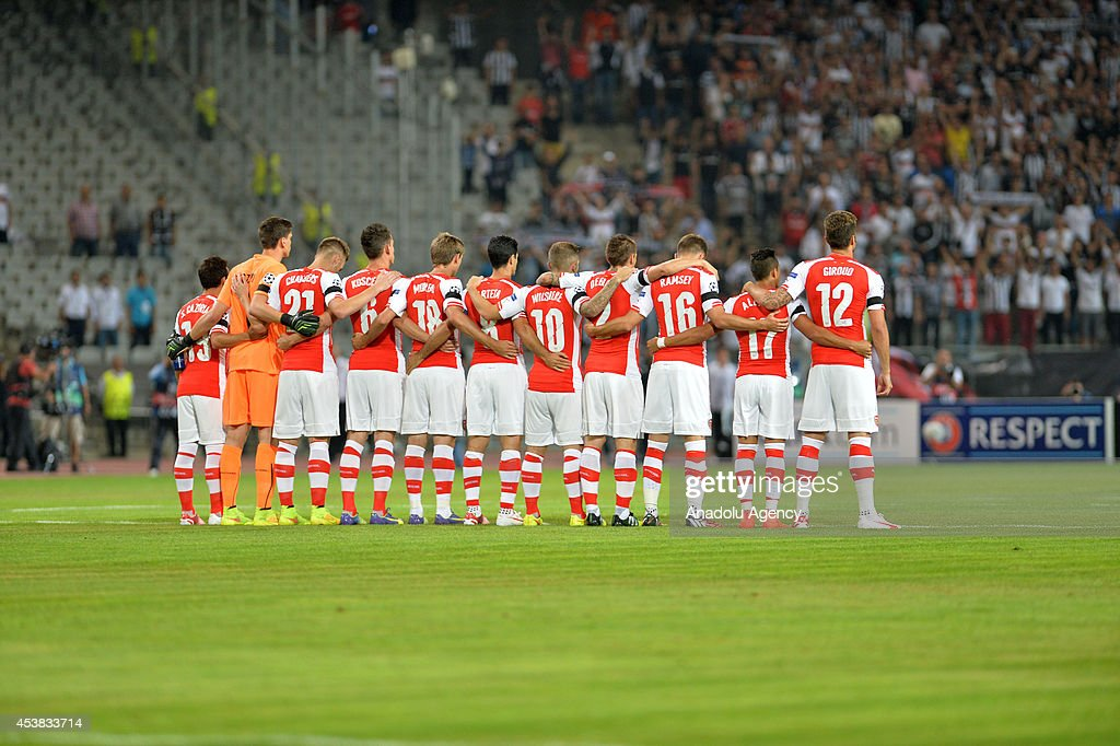Hilo del Arsenal Arsenal-players-stand-for-one-minutes-silence-for-former-besiktas-picture-id453833714