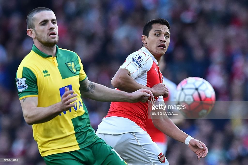 Arsenal's Chilean striker Alexis Sanchez (R) plays the ball during the English Premier League football match between Arsenal and Norwich at the Emirates Stadium in London on April 30, 2016. / AFP / BEN STANSALL / RESTRICTED TO EDITORIAL USE. No use with unauthorized audio, video, data, fixture lists, club/league logos or 'live' services. Online in-match use limited to 75 images, no video emulation. No use in betting, games or single club/league/player publications. /