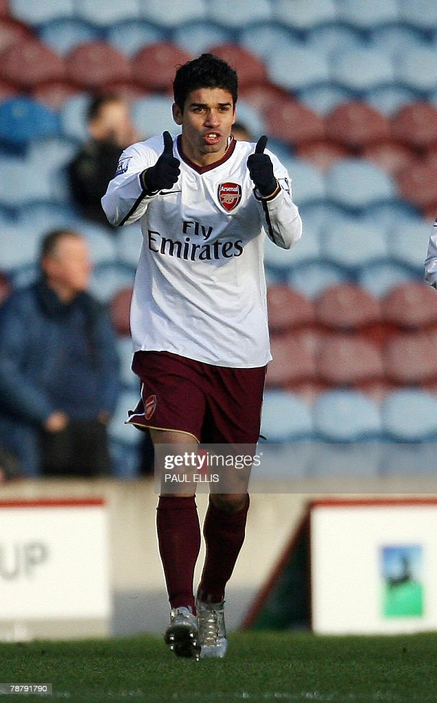 Arsenal's Croatian forward Eduardo celebrates scoring against Burnley during their English FA Cup football match at Turf Moor, Burnley, in northwestern England, 06 January 2008. AFP PHOTO/PAUL ELLIS --- Mobile and website use of domestic English football pictures are subject to obtaining a Photographic End User Licence from Football DataCo Ltd Tel : +44 (0) 207 864 9121 or e-mail accreditations@football-dataco.com - applies to Premier and Football League matches.