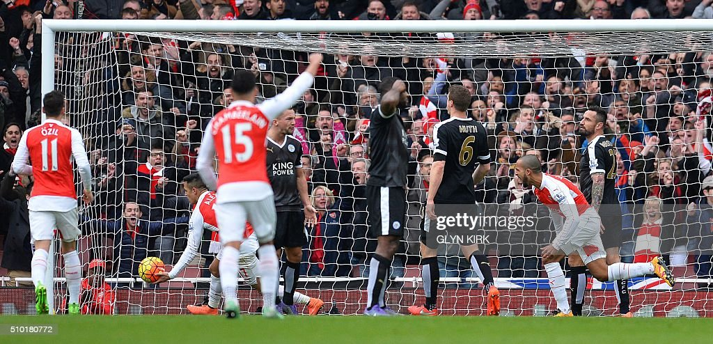 Arsenal's English midfielder Theo Walcott (R) celebrates scoring his team's first goal during the English Premier League football match between Arsenal and Leicester at the Emirates Stadium in London on February 14, 2016. / AFP / GLYN KIRK / RESTRICTED TO EDITORIAL USE. No use with unauthorized audio, video, data, fixture lists, club/league logos or 'live' services. Online in-match use limited to 75 images, no video emulation. No use in betting, games or single club/league/player publications. /