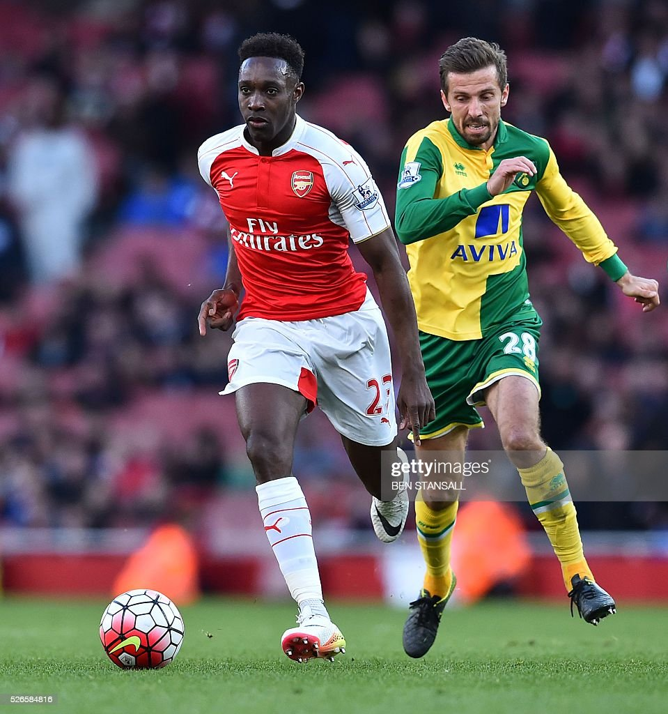 Arsenal's English striker Danny Welbeck (L) runs with the ball ahead of Norwich City's English midfielder Gary O'Neil (R) during the English Premier League football match between Arsenal and Norwich at the Emirates Stadium in London on April 30, 2016. / AFP / BEN STANSALL / RESTRICTED TO EDITORIAL USE. No use with unauthorized audio, video, data, fixture lists, club/league logos or 'live' services. Online in-match use limited to 75 images, no video emulation. No use in betting, games or single club/league/player publications. /