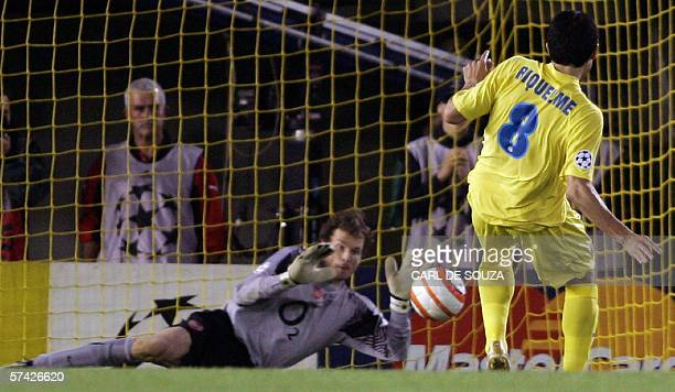 Arsenal's German goalkeper Jens Lehmann saves a penalty shot by Villarreals Argentine Roman Riquelme during their Champions League semifinal second...