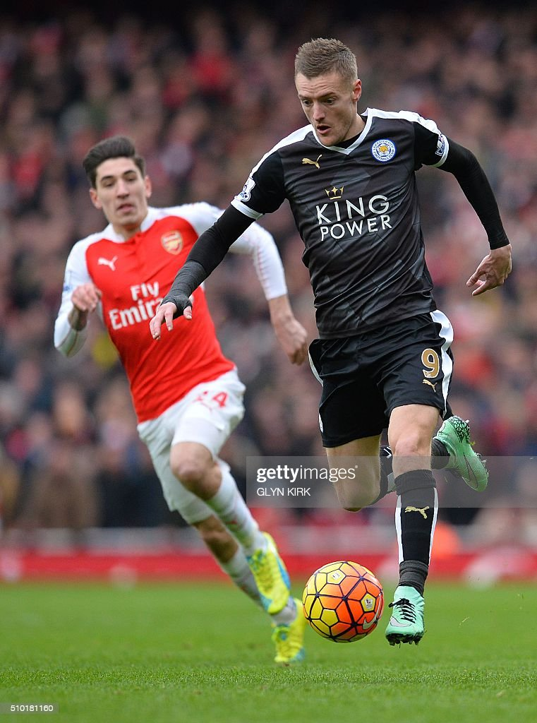 Arsenal's Spanish defender Hector Bellerin (L) vies with Leicester City's English striker Jamie Vardy during the English Premier League football match between Arsenal and Leicester at the Emirates Stadium in London on February 14, 2016. / AFP / GLYN KIRK / RESTRICTED TO EDITORIAL USE. No use with unauthorized audio, video, data, fixture lists, club/league logos or 'live' services. Online in-match use limited to 75 images, no video emulation. No use in betting, games or single club/league/player publications. /