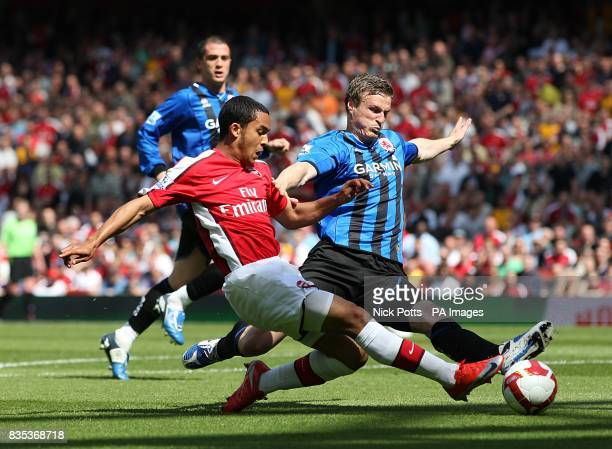 Arsenal's Theo Walcott and Middlesbrough's Robert Huth battle for the ball