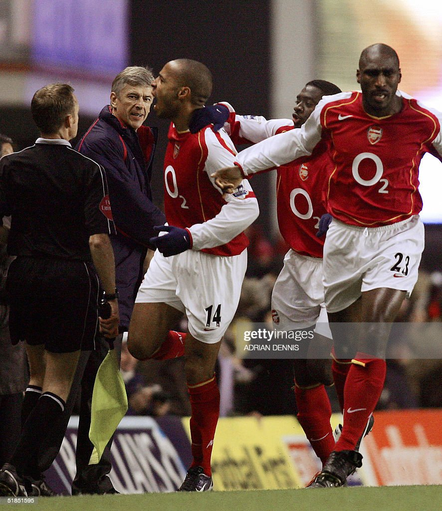 Arsenal's Thierry Henry (C) celebrates scoring the opening goal against Chelsea as Arsene Wenger (back) looks on during the Premiership match at Highbury in London 12 December 2004. AFP PHOTO Adrian DENNIS / No telcos, website uses subject to subscription of a license with FAPL on www.faplweb.com <http://www.faplweb.com>