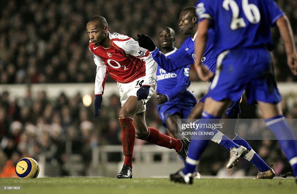 Arsenal's Thierry Henry (C) tries to break through the Chelsea defence during the Premiership match at Highbury in London 12 December 2004. The game ended 2-2 leaving Chelsea top of the Premiership. AFP PHOTO Adrian DENNIS / No telcos, website uses subject to subscription of a license with FAPL on www.faplweb.com <http://www.faplweb.com>