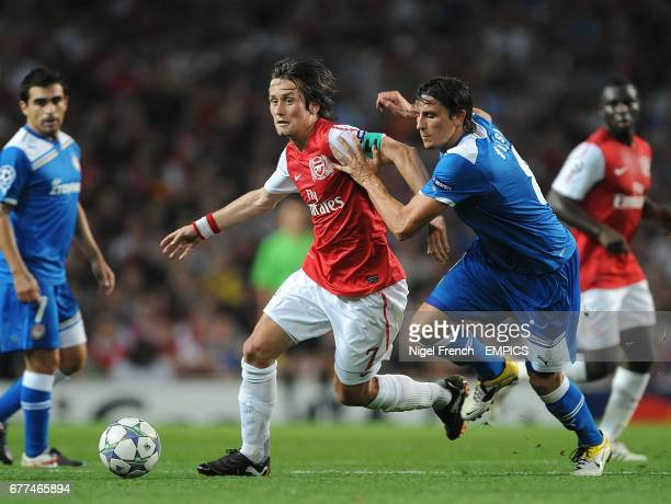 Arsenal's Tomas Rosicky and Olympiakos' Lubomir Fejsa battle for the ball