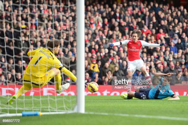 Arsenal's Tomas Rosicky looks on as his effort on goal is tipped wide by Stoke City goalkeeper Asmir Begovic
