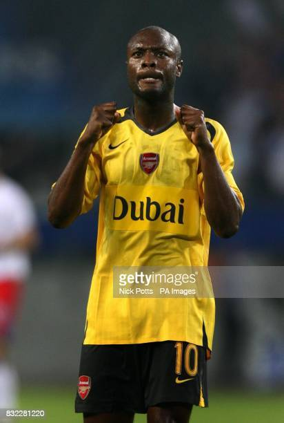 Arsenal's William Gallas acknowledges the fans after his teams 20 away win over Hamburg in the UEFA Champions League Group G match at the AOL Arena...