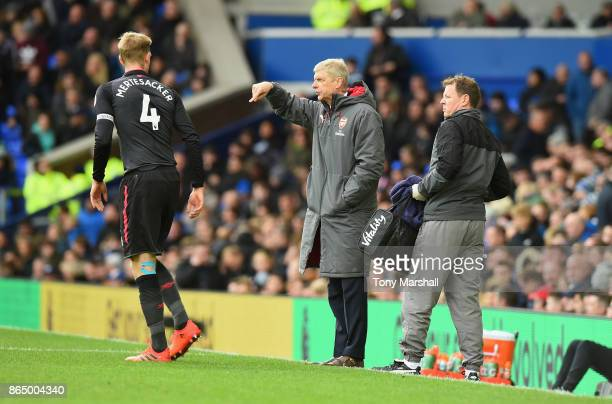 Arsene Wenger Manager of Arsenal gives his team instructions during the Premier League match between Everton and Arsenal at Goodison Park on October...