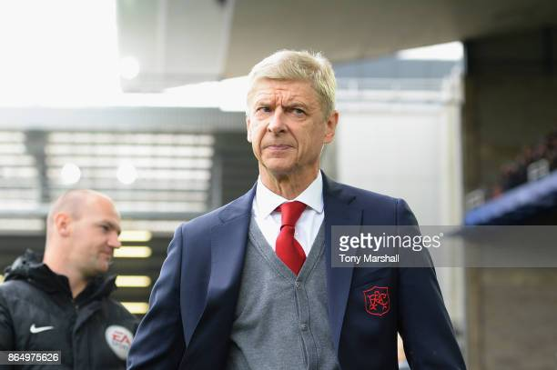 Arsene Wenger Manager of Arsenal looks on prior to the Premier League match between Everton and Arsenal at Goodison Park on October 22 2017 in...