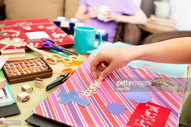 Kunst und Handwerk: Scrapbooking mit Freunden. Im Kaffee während Ihres Aufenthalts.