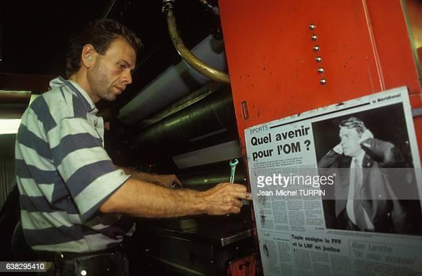 Article en une relatif à l'éviction de l'Olympique de Marseille de la coupe d'Europe à l'imprimerie du quotidien 'Le Provençal' le 7 septembre 1993 à...