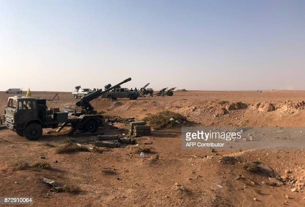 Artillery are seen lined up in the village of Suway'iah near the Syrian border town of Albu Kamal on November 10 2017 / AFP PHOTO / STRINGER