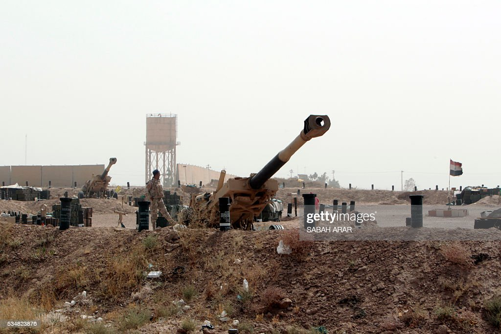 Artillery guns are seen in an area between the village of al-Sejar and Fallujah, on May 28, 2016, as they take part in a major assault to retake the city of Fallujah, from the Islamic State (IS) group. Hundreds of people fled the Fallujah area with the help of Iraqi forces who are fighting to retake the city from the Islamic State jihadist group, officials said. Iraqi forces launched an operation to recapture Fallujah, an IS stronghold located just 50 kilometres (30 miles) west of Baghdad, at the start of this week. / AFP / SABAH