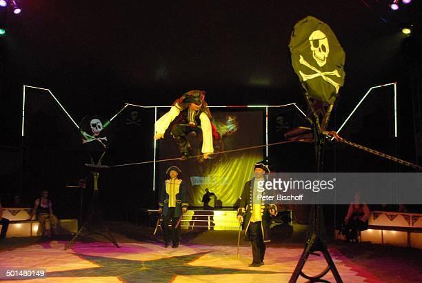 Artist als 'Captain Jack Sparrow' aus 'F l u c h d e r K a r i b i k' auf Slackline Unten Helfer Show 'Circus Belly' 'Stars of Cinema' Bremen...