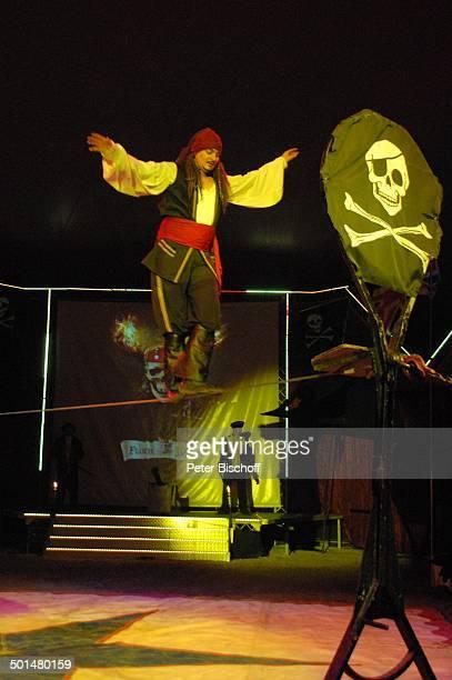 Artist als 'Captain Jack Sparrow' aus 'F l u c h d e r K a r i b i k' auf Slackline Show 'Circus Belly' 'Stars of Cinema' Bremen Deutschland Europa...
