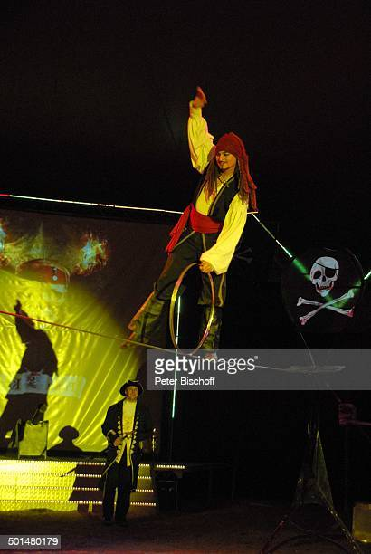 Artist als 'Captain Jack Sparrow' aus 'F l u c h d e r K a r i b i k' auf Slackline mit Reifen Show 'Circus Belly' 'Stars of Cinema' Bremen...