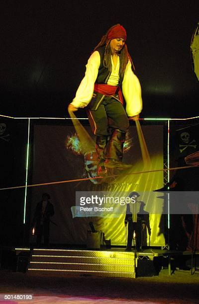 Artist als 'Captain Jack Sparrow' aus 'F l u c h d e r K a r i b i k' auf Slackline mit Band Show 'Circus Belly' 'Stars of Cinema' Bremen Deutschland...