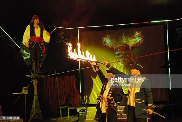 Artist als 'Captain Jack Sparrow' aus 'F l u c h d e r K a r i b i k' auf Slackline Helfer mit brennenden Schwertern Show 'Circus Belly' 'Stars of...