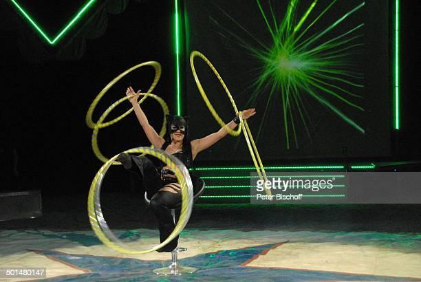 Artist als 'Catwoman' mit Hulla Hoop Reifen Show 'Circus Belly' 'Stars of Cinema' Bremen Deutschland Europa Auftritt Manege Circuszelt...