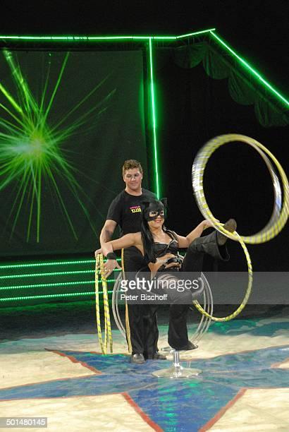 Artist als 'Catwoman' mit Hulla Hoop Reifen und Circusmitarbeiter Show 'Circus Belly' 'Stars of Cinema' Bremen Deutschland Europa Auftritt Manege...