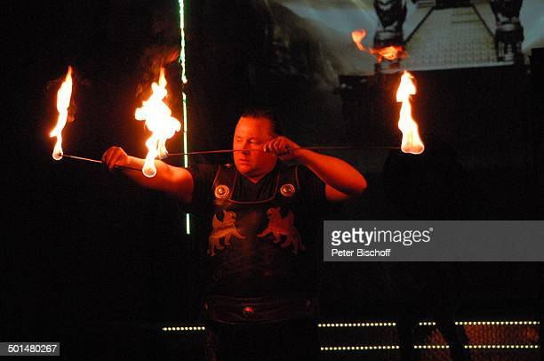 Artist als 'Gladiator' beim Feuer schlucken Show 'Circus Belly' 'Stars of Cinema' Bremen Deutschland Europa Auftritt Manege Circuszelt Zelt Kostüm...