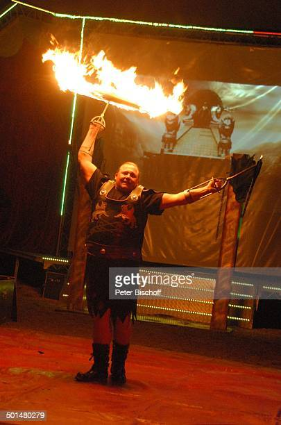 Artist als 'Gladiator' beim Jonglieren mit einem brennenden Reifen Show 'Circus Belly' 'Stars of Cinema' Bremen Deutschland Europa Auftritt Manege...
