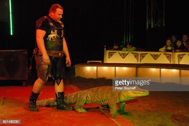 Artist als 'Gladiator' mit Krokodil Show 'Circus Belly' 'Stars of Cinema' Bremen Deutschland Europa Auftritt Manege Circuszelt Zelt Tier Kostüm Promi...