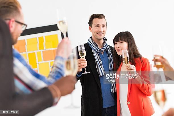 Künstler und Galerie Eigentümer während der
