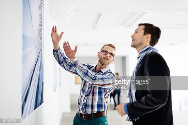 Künstler Eigentümer seine Arbeit mit Galerie