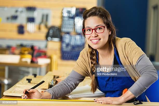 Artiste travailler dans le domaine de la menuiserie ? ou makerspace atelier