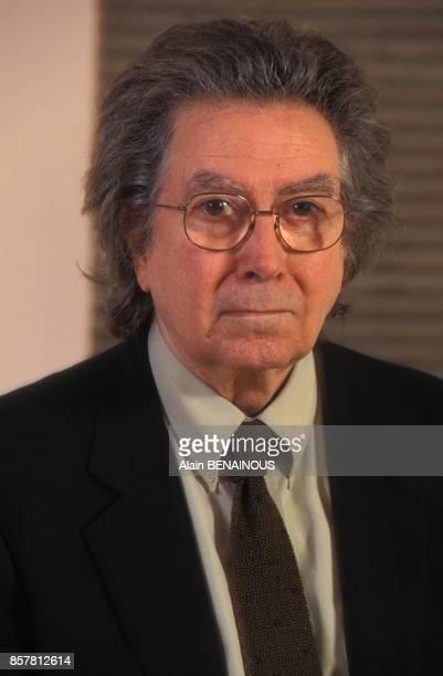 L'artiste espagnol Antoni Tapies expose ses oeuvres au musee du Jeu de Paume le 23 septembre 1994 a Paris France