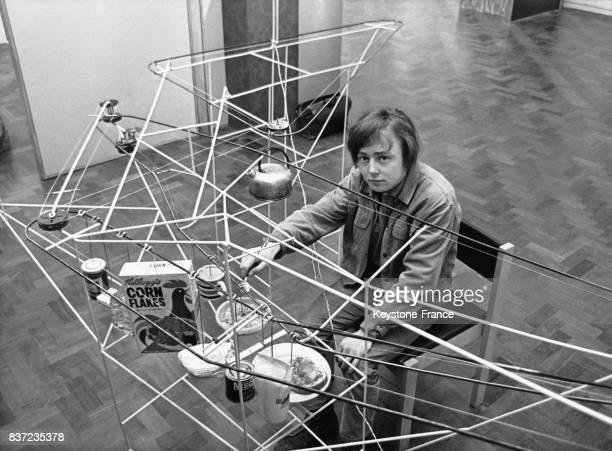 L'artiste Roger Fulcher étudiant des BeauxArts prend le petitdéjeuner dans son oeuvre d'art dédiée au petitdéjeuner en février 1968 au RoyaumeUni