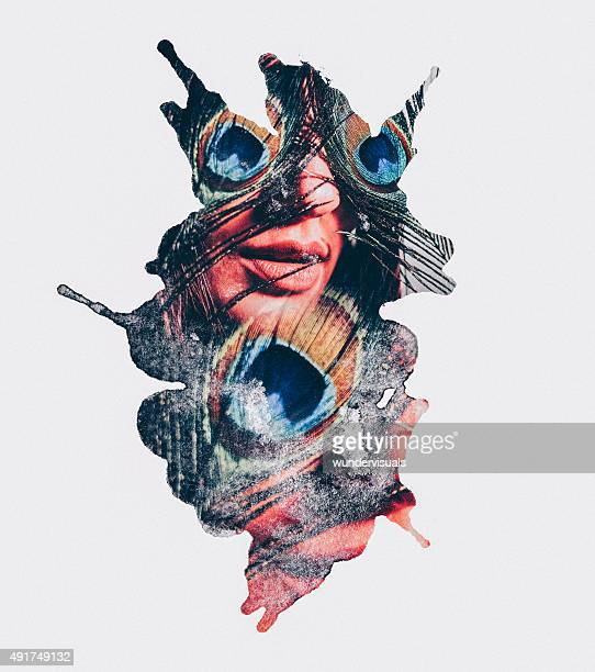 Motif artistique de mode d'une femme avec des plumes de paon