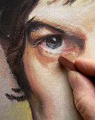 Main de l'artiste de travailler sur Pastel Portrait d'un homme visage
