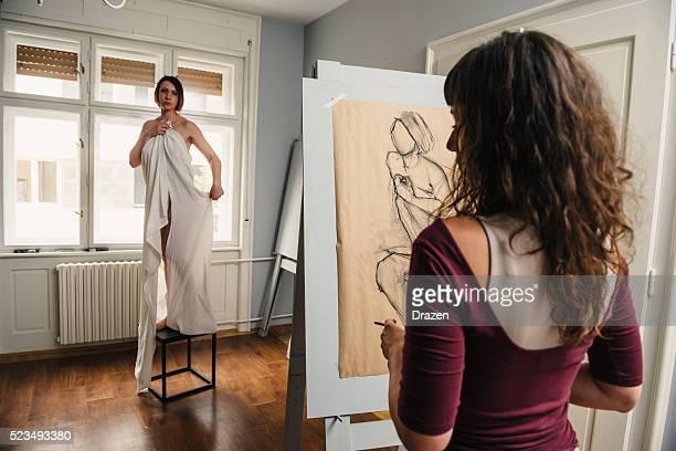 木炭画芸術家のアトリエ半ヌードのモデル