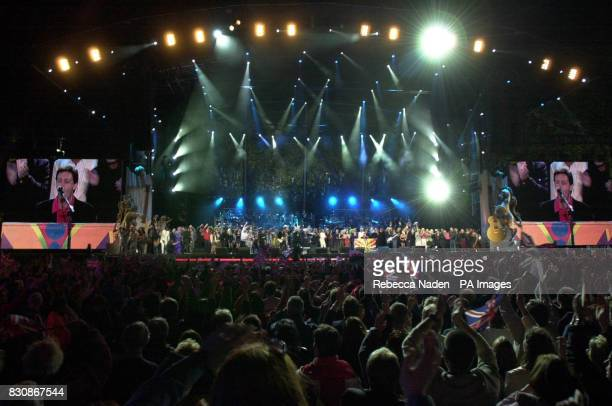 Artists on stage in the gardens of Buckingham Palace for the fifnle of the second concert to commemorate the Golden Jubilee of Britain's Queen...