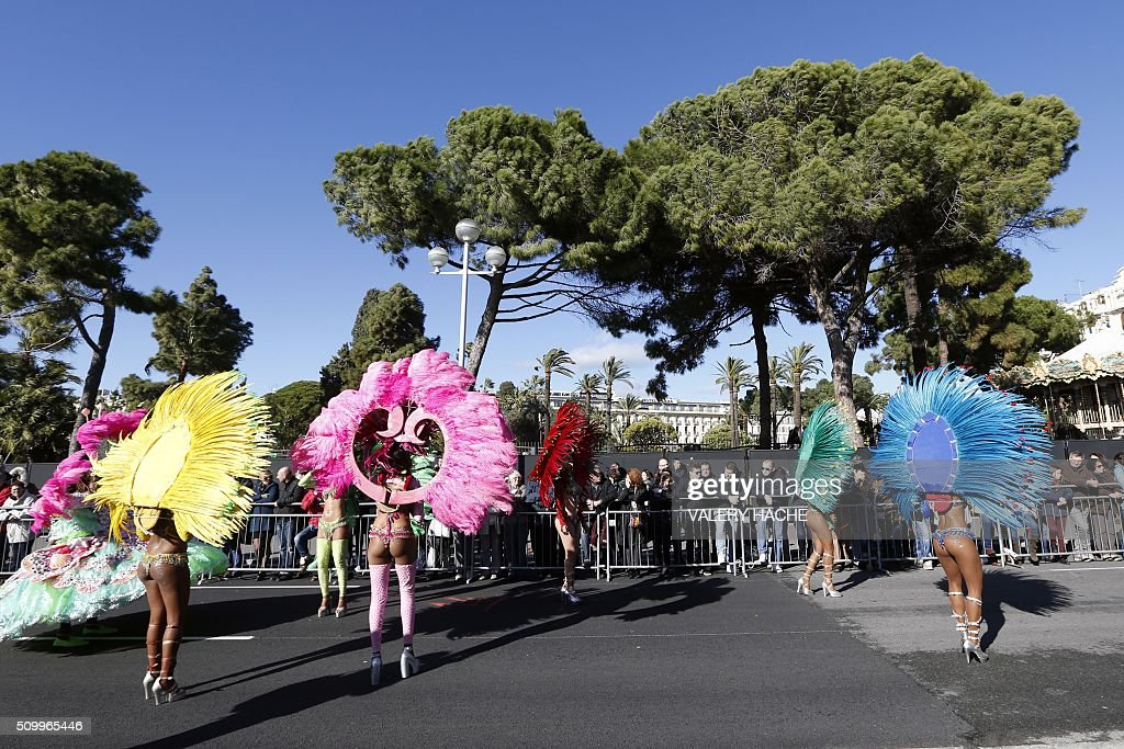 Artists parade on February 13, 2016 in coastal city of Nice, southeastern France during the 132nd Nice Carnival. The carnival strats February 13 until 28 February 2016, and this year's theme celebrates the 'King of Medias'. / AFP / VALERY HACHE