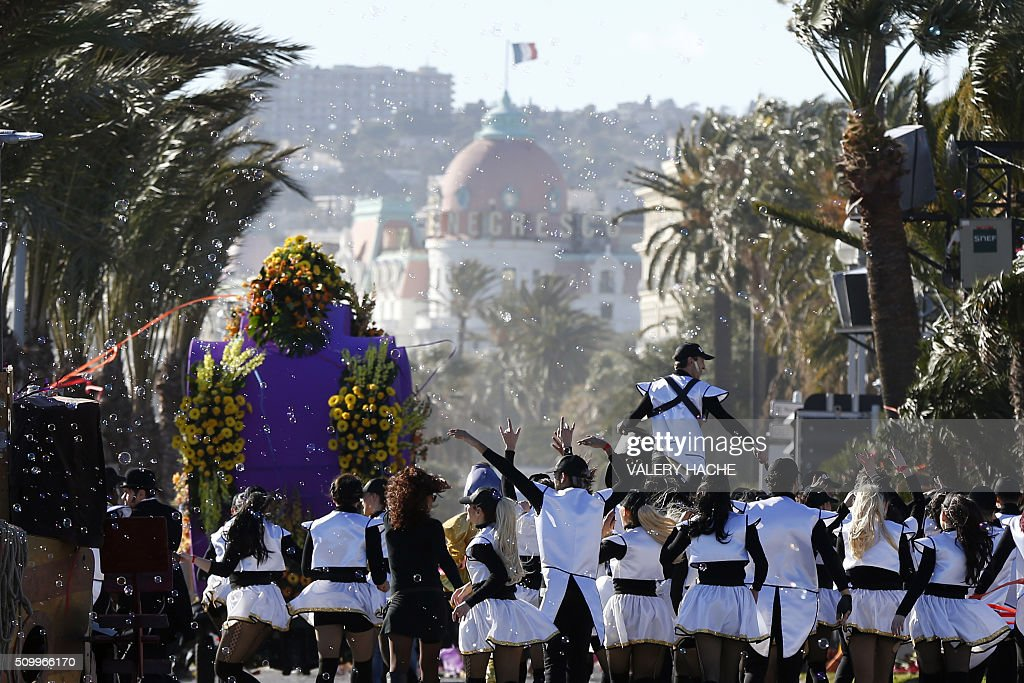 Artists parade on February 13, 2016 in the coastal city of Nice, southeastern France, during the 132nd Nice Carnival. The carnival starts February 13 until 28 February 2016, and this year's theme celebrates the 'King of Medias'. / AFP / VALERY HACHE