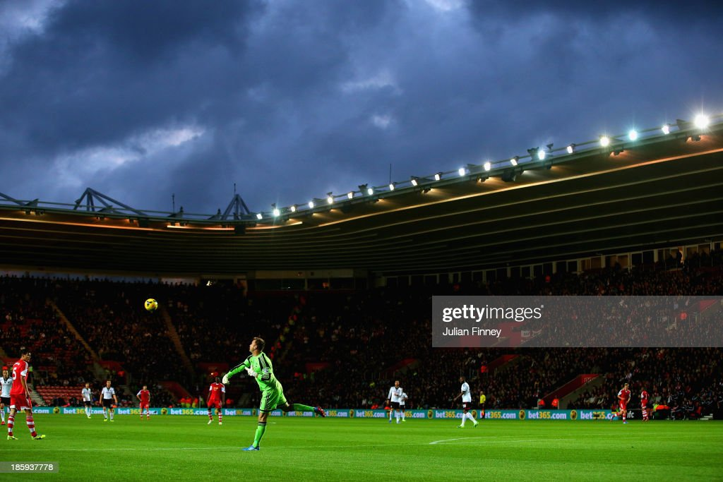 <a gi-track='captionPersonalityLinkClicked' href=/galleries/search?phrase=Artur+Boruc&family=editorial&specificpeople=554761 ng-click='$event.stopPropagation()'>Artur Boruc</a> of Southampton throws the ball during the Barclays Premier League match between Southampton and Fulham at St Mary's Stadium on October 26, 2013 in Southampton, England.