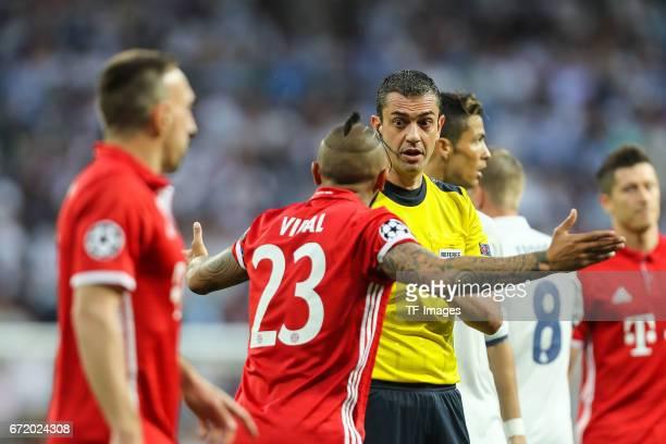 Arturo Erasmo Vidal of Munich speak with Referee Viktor Kassai diskutieren during the UEFA Champions League Quarter Final second leg match between...