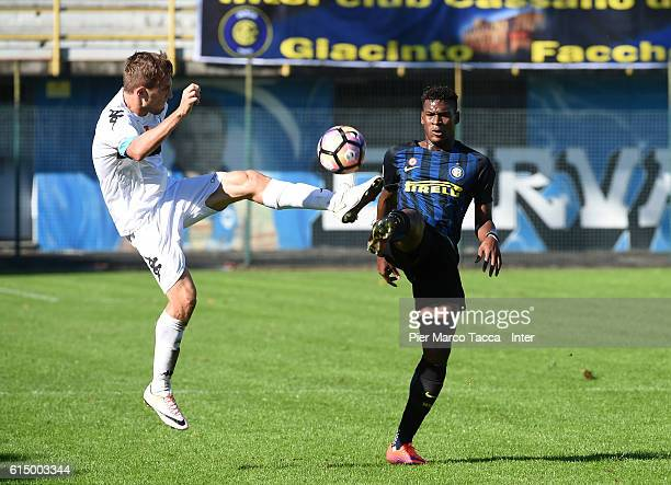 Arturo Lupoli of Pisa Primavera competes for the ball with Andrew Gravillon of FC Internazionale Primavera competes for the ball during the Primavera...