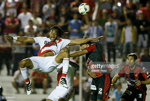 Arturo Mina of River Plate heads the ball during a match between Patronato and River Plate as part of Torneo Primera Division 2016/17 at Presb'itero...