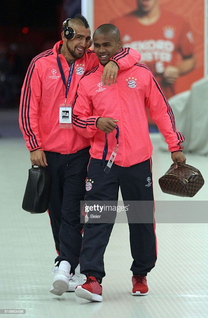 Arturo Vidal (L) and Douglas Costa of Bayern Muenchen arrive at the players' tunnel ahead of the Champions League round of 16 second leg match between FC Bayern Muenchen and Juventus Turin at Allianz Arena on March 16, 2016 in Munich, Germany.