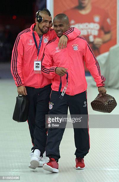 Arturo Vidal and Douglas Costa of Bayern Muenchen arrive at the players' tunnel ahead of the Champions League round of 16 second leg match between FC...