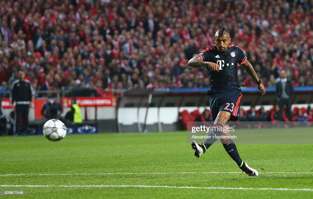 <a gi-track='captionPersonalityLinkClicked' href=/galleries/search?phrase=Arturo+Vidal&family=editorial&specificpeople=2223374 ng-click='$event.stopPropagation()'>Arturo Vidal</a> of Bayern Muenchen scores his team's opening goal during the UEFA Champions League quarter final second leg match between SL Benfica and FC Bayern Muenchen at Estadio da Luz on April 13, 2016 in Lisbon, Portugal.