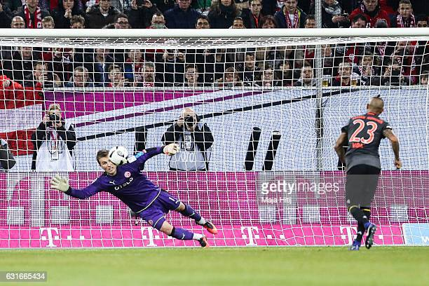 Arturo Vidal of Bayern scores the penalty in the shootout agains Michael Rensing of Duesseldorf during the Telekom Cup 2017 match between Fortuna...