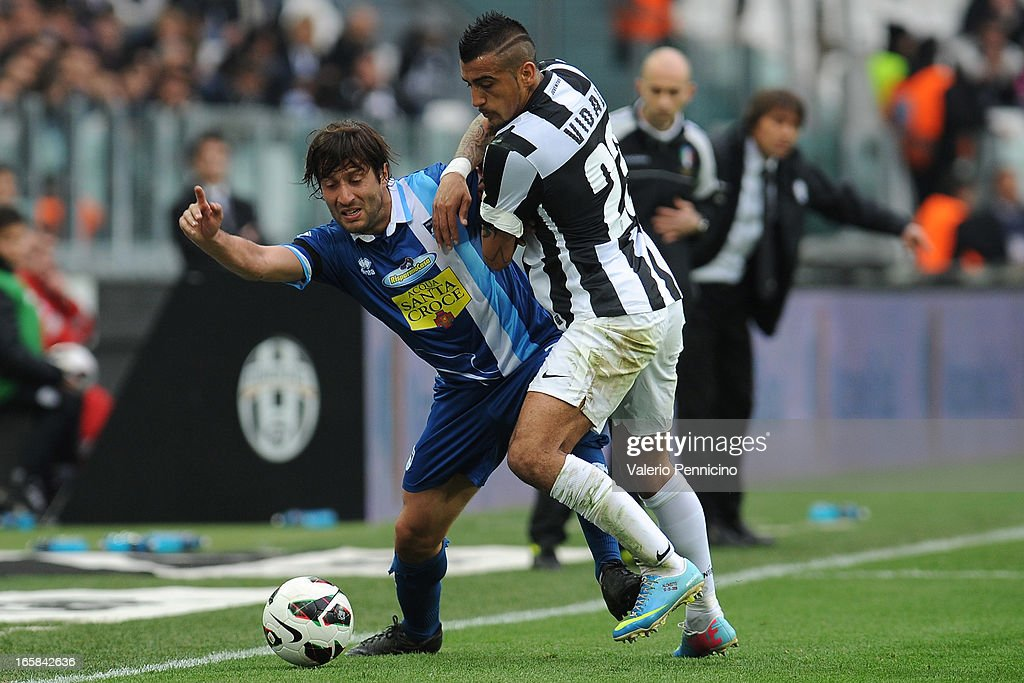 <a gi-track='captionPersonalityLinkClicked' href=/galleries/search?phrase=Arturo+Vidal&family=editorial&specificpeople=2223374 ng-click='$event.stopPropagation()'>Arturo Vidal</a> (R) of Juventus competes with <a gi-track='captionPersonalityLinkClicked' href=/galleries/search?phrase=Giuseppe+Sculli&family=editorial&specificpeople=727546 ng-click='$event.stopPropagation()'>Giuseppe Sculli</a> of Pescara during the Serie A match between Juventus and Pescara at Juventus Arena on April 6, 2013 in Turin, Italy.